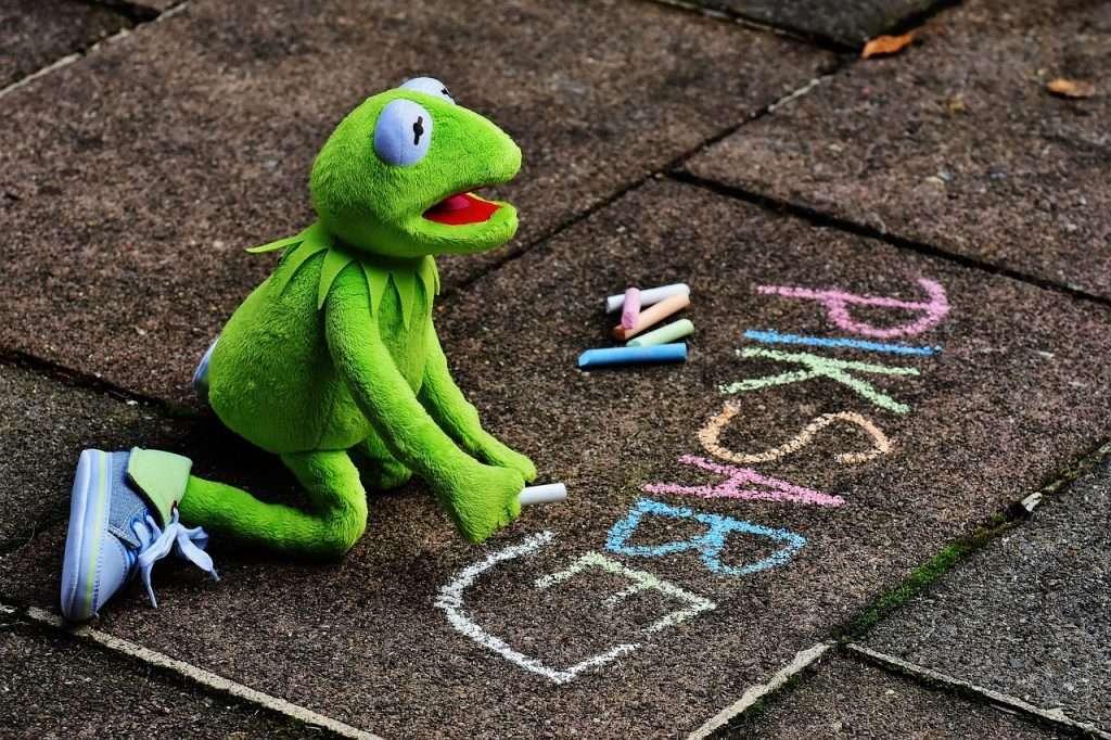 Kermit is aan het stoepkrijten grappige foto's van Kermit de Kikker