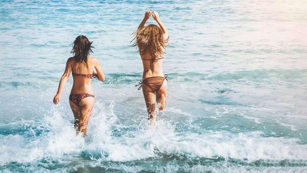 zwemmen in de zee in bikini